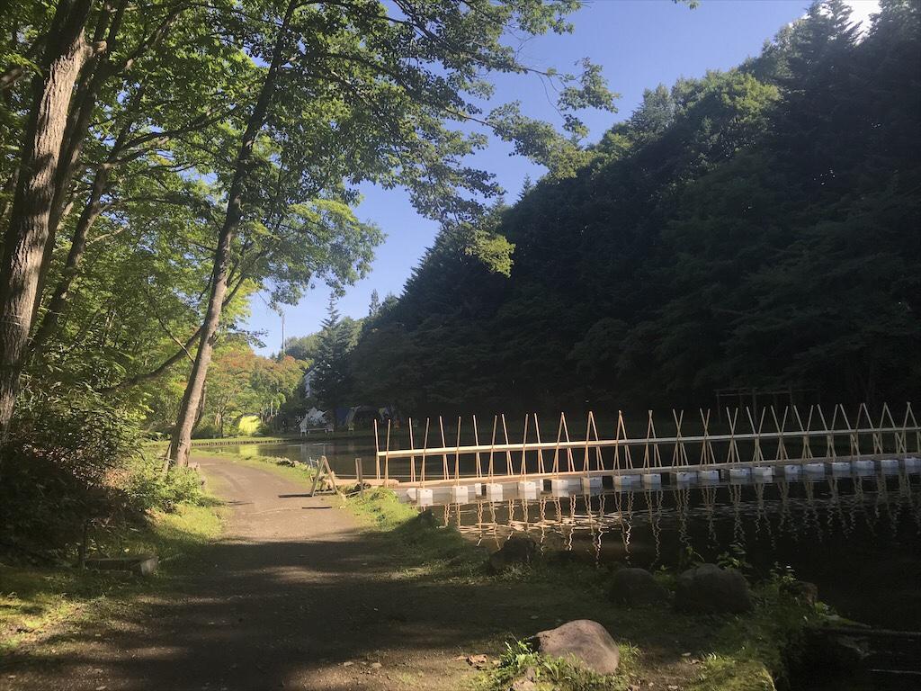 紅櫻アウトドアガーデン池の橋2